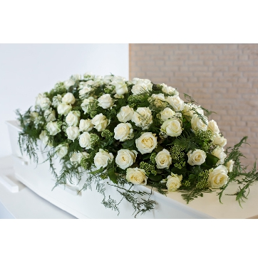 Kistbedekking witte rozen